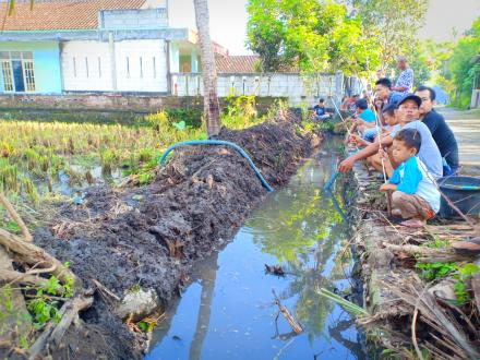Perpisahan KKN: Gelar Mancing Gratis Bersama Masyarakat Dusun