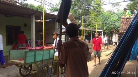 Gotong Royong tarup di rumah pak Surwan Gedong RT. 03