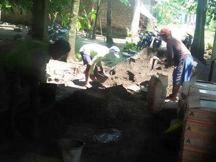 Pemasangan keramik balai makam
