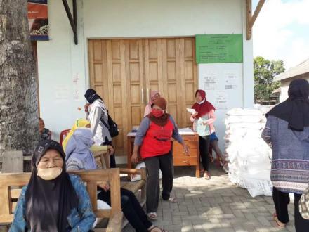 Distribusi Beras KPM PKH di Halaman Toko Idola