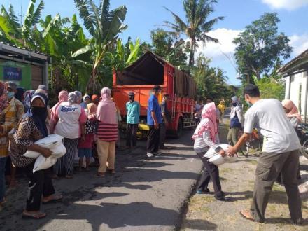 Distribusi Beras KPM PKH Di Rumah Dukuh Gedong