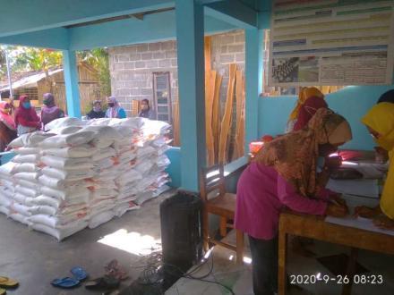 Distribusi Beras KPM PKH di Rumah Dukuh Krapyak Wetan