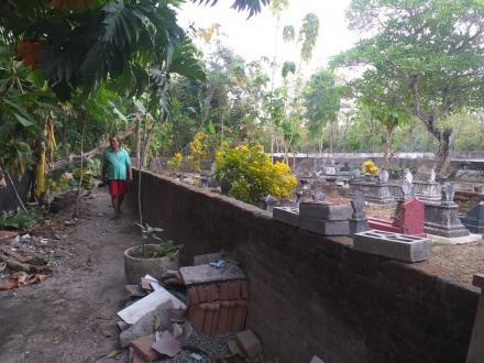 Kerja bakti bersih makam