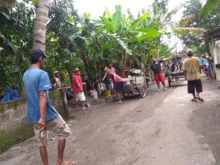 Pemasangan tiang lampu jalan di Soronanggan