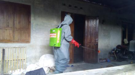 Penyemprotan disinfektan di semampir