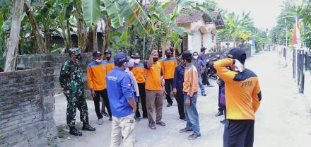 Penyemprotan bagi warga yang Isoman atara Tim FPRB Panjangrejo dan TIM NasDeM di Pedukuhan Gedangan